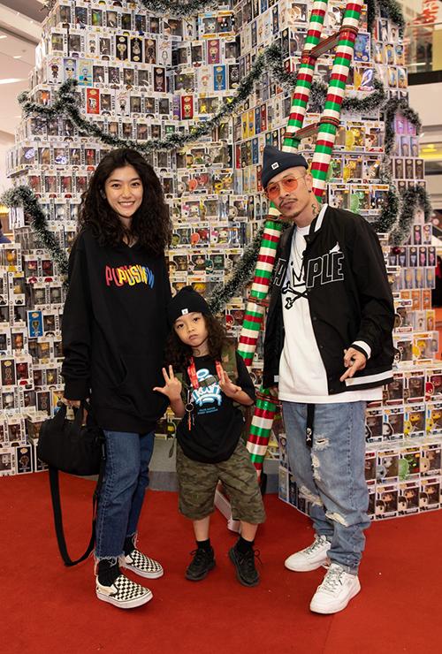 Chiêm ngưỡng cây thông trong ngày xác lập kỷ lục có gia đình nghệ sĩ Việt Max. Anh dẫn theo vợ con cùng tham quan trong không gian đầy sắc màu mùa giáng sinh.