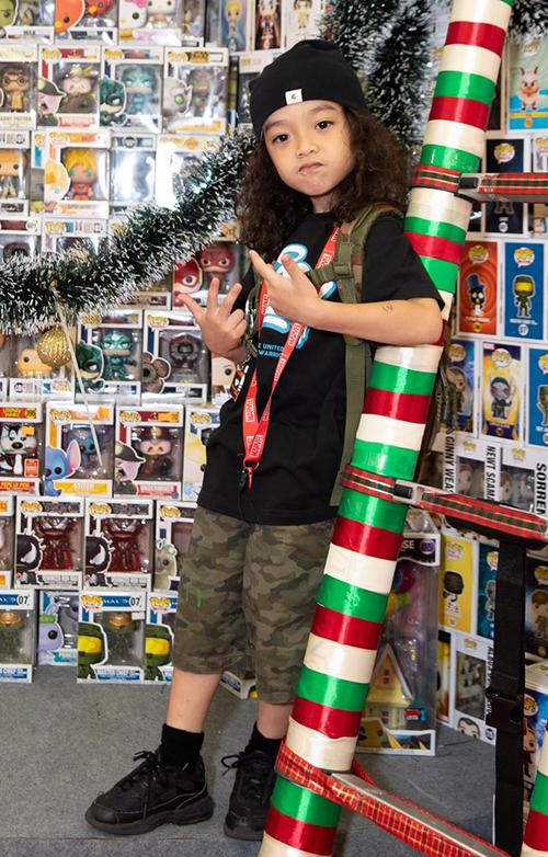 Con trai của Việt Max - bé Pid mê mệt với các đồ chơi mô hình gắn trên cây thông kỷ lục. Bé pose hình cool ngầu trước ống kính.