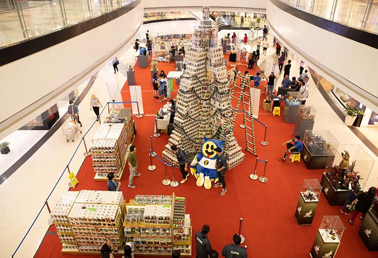 Cây thông kỷ lục được trưng bày để khách tham quan, chụp ảnh miễn phí từ 7-12/12.