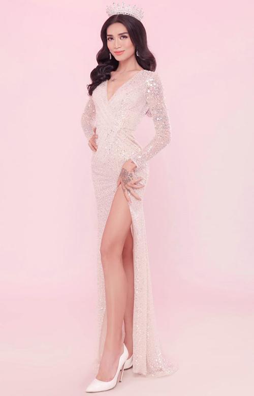 Theo dòng sự kiện, BB Trần cũng mặc váy xẻ đùi cao, đội vương miện như mới đăng quang hoa hậu.