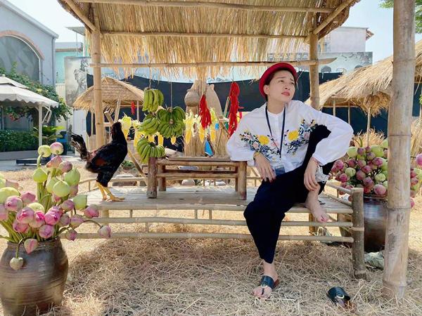 Ngô Thanh Vân hài hước khoe đang ngồi bán gà để kiếm tiền đón Tết.