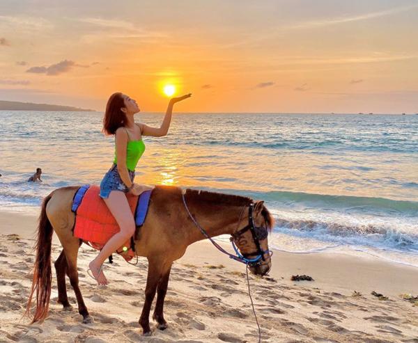 Thúy Ngân cưỡi ngựa điệu nghệ dạo chơi trên biển.