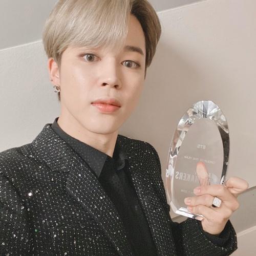 Ji Min khoe giải thưởng Group of the Year BTS nhận được trong sự kiện Hitmakers của Variety.