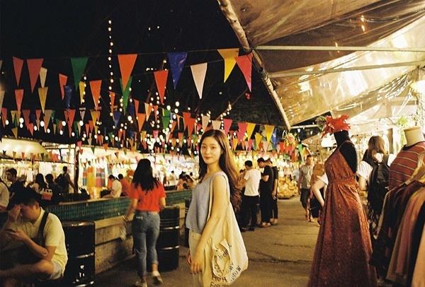 Chae Yeon (DIA) dạo chợ đêm ở Bangkok.
