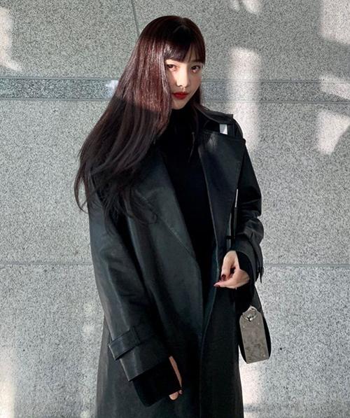 Joy diện áo khoác kiểu trench coat, tuy nhiên có chất liệu da hiện đại. Chiếc áo vừa giữ ấm tốt vừa mang đến cho mỹ nhân Red Velvet vẻ ngoài rất thời trang.