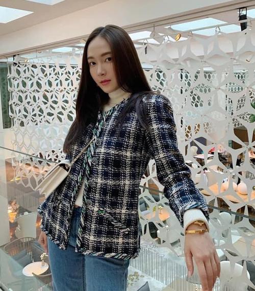 Jessica mặc áo khoác vải tweed kiểu truyền thống. Đây là dáng áo đặc trưng do Coco Chanel lăng xê và đến hàng chụcnăm sau vẫn không lỗi mốt.