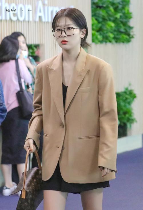 Seul Gi mặc áo khoác dáng rộng oversized, kết hợp cùng chân váy xòe tạo nên tổng thể rất trẻ trung.