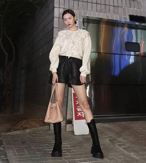 Trang phục xếp bèo không phải chỉ dành cho những cô gái nữ tính. Nhiều idol ứng dụng xu hướng này vào những trang phục rất cá tính, ví dụ như sweatshirt xếp nếp đi kèm quần da, boots buộc dây giống Sun Mi.