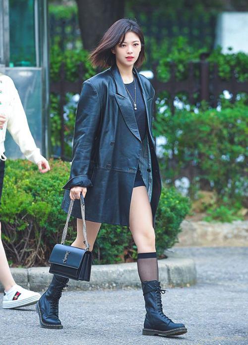 Jeong Yeon (Twice) diện áo khoác da của Instantfunk cùng túi và giày hợp tông, tạo nên tổng thể cool ngầu.