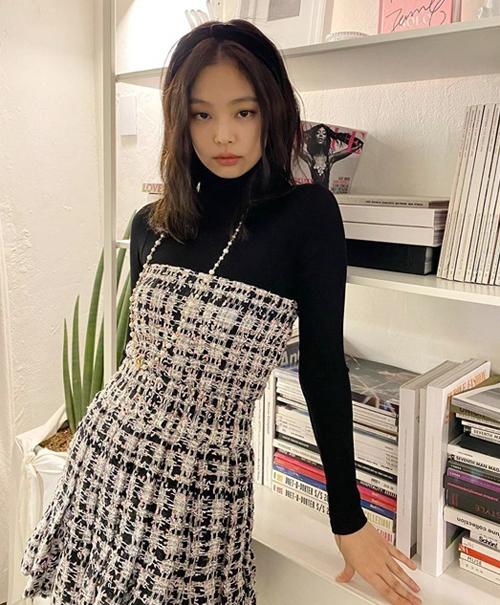 Jennie trông đầy ngọt ngào khi diện váy quây vải tweed, bên trong kết hợp áo len cổ lọ. Chiếc bờm vải hoàn thiện diện mạo cổ điển của cô nàng.