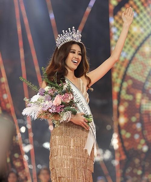 Nhan sắc hiện tại của Khánh Vân. Người đẹp sinhnăm 1995 tại TP HCM cao 1,75 m, sở hữu số đo 83-60-90 cm.Khánh Vân từng giành giải Người đẹp Áo dài và vào top 10 Hoa hậu Hoàn vũ Việt Nam 2015. Năm 2018, cô tham gia Siêu mẫu Việt Nam và giành giải Bạc.