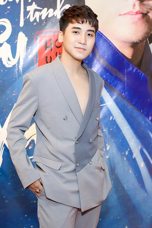 Huy Cung mặc suit bảnh bao, xuất hiện tại buổi họp báo giới thiệu MV Chuyện tình yêu xa, chiều 8/12 tại TP HCM. Đây là sản phẩm âm nhạc thứ hai trong sự nghiệp của giọng ca sinh năm 1995 sau khi anh tuyên bố nghỉ làm vlog để tập trung hoạt động với vai trò ca sĩ chuyên nghiệp.