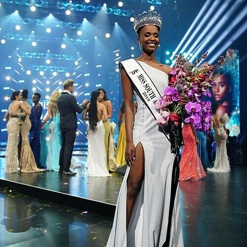 Zozibina Tuzi trước khi giành vương miện Miss Universe từngđăng quang Hoa hậu Hoàn vũ Nam Phi hồi đầu tháng 8. Cô gái 26 tuổi có bằng cử nhân ngành Quan hệ công chúng của Đại học Công nghệ Cape Penisula. Hiện, cô làm việc trong ngành truyền thông và tiếp tục học thạc sĩ Quan hệ công chúng.