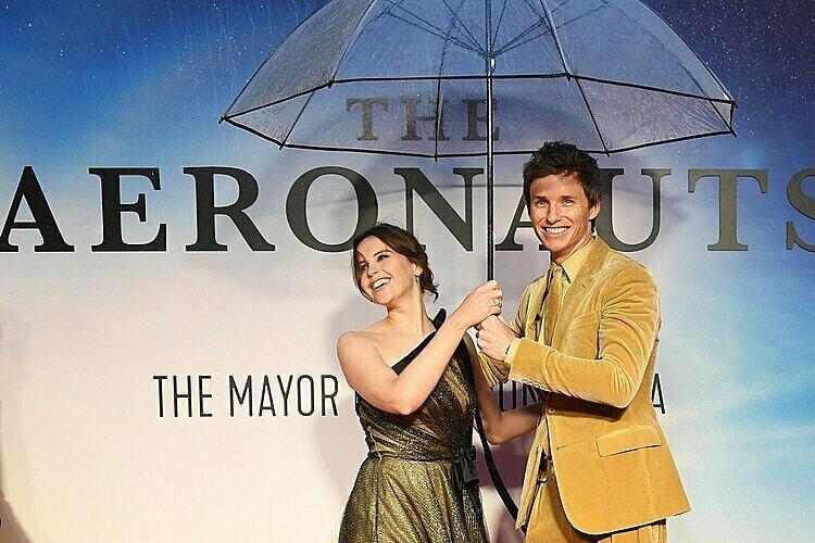 Cặp diễn viên chính tại buổi ra mắt phim.