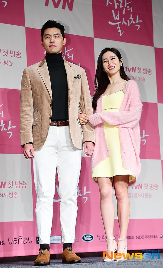 Hyun Bin và Son Ye Jin là cặpdiễn viên chính của bộ phim. Màn hợp tác của hai ngôi sao thu hút sự chú ý của khán giả. Cả hai từng vướng tin đồn hẹn hò hồi đầu 2019 nhưng đã phủ nhận.