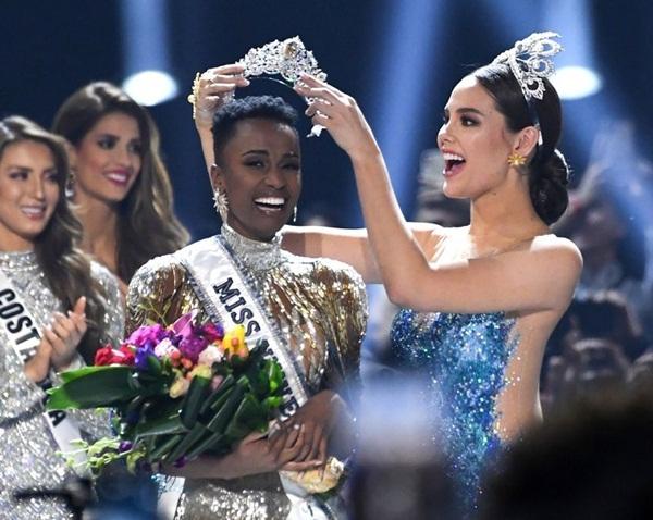Zozibini Tunzi, đến từ Nam Phi, vượt qua 89 cô gái khắp thế giới để đăng quang Miss Universe 2019 tạiđêm chung kết diễn ra sáng 9/12 (giờ Hà Nội) ở Atlanta, Georgia (Mỹ). Cô nhận vương miện từ Catriona Gray - Miss Universe 2018.
