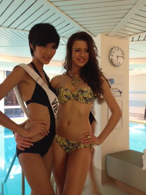 Đại diện Việt Nam dự thiTop model of the worldnăm 2012, Hoàng Thùy giành giải Best Catwalk. Thân hình quá gầy khiến cô để lộ nhiều nhược điểm hình thể khi đứng cạnh đối thủ.
