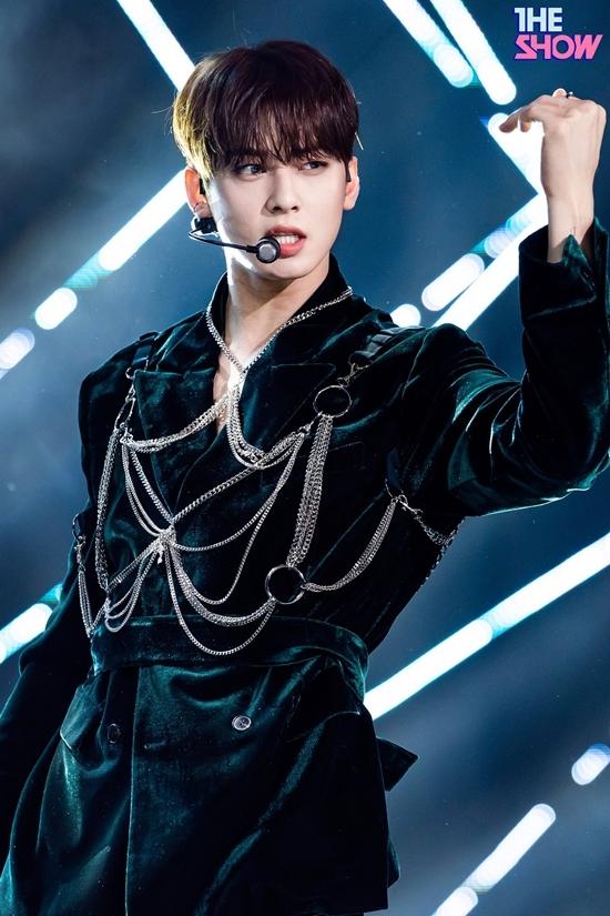 Cha Eun Woođang trong thời gian quảng bá Blue Flame cùng ASTRO. Từ khi comeback, tên tuổianh chàng liên tục được fan bàn luận. Mặc dù sự nghiệp âm nhạc không có nhiều thành tích, Cha Eun Woo vẫn là một trong những idol nam nổi tiếng hiện nay, thường xuyên đứng top đầu BXH thương hiệu. Anh chàng đắt show chụp quảng cáo, làm người mẫu đại diện nhờ nhan sắc nổi bật.