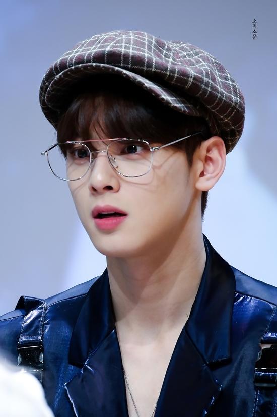 Mặc dù sự nghiệp âm nhạc không có nhiều thành tích, Cha Eun Woo vẫn là một trong những idol nam nổi tiếng hiện nay, thường xuyên đứng top đầu BXH thương hiệu. Anh chàng đắt show chụp quảng cáo, làm người mẫu đại diện nhờ nhan sắc nổi bật.