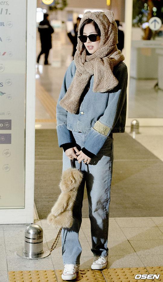 Yoona tóc xù đáng yêu, Jennie hóa gấu ở sân bay - 4