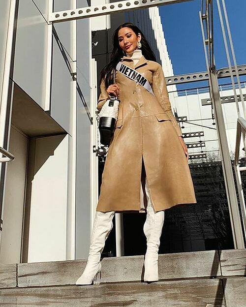 Trong một hoạt động ngoài trời, người đẹp trông rất hiện đại khi mặc măng tô dài và boots trắng, kết hợp túi Chanel hơn 100 triệu đồng tông xuyệt tông.