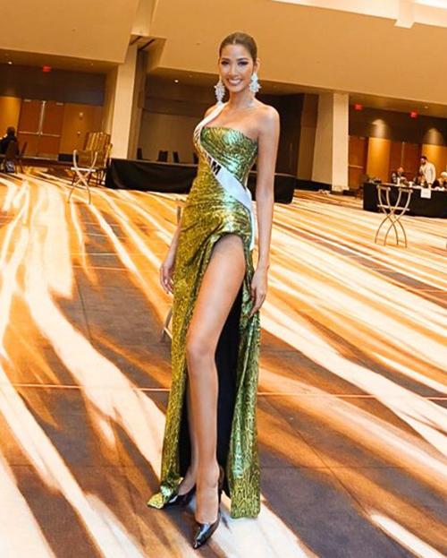 Những bộ đầm dạ hội xẻ cao đến gần hông được Hoàng Thùy ưu ái vì giúp cô khoe chiều cao 1,77 m cùng đôi chân dài 1,16 m.