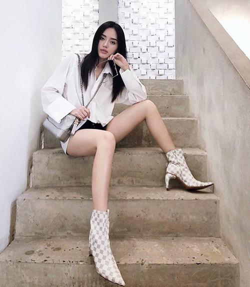 Khánh Linh là một trong những sao Việt đầu tiên diện ankle boots mũi nhọn, giúp chân thêm dài.