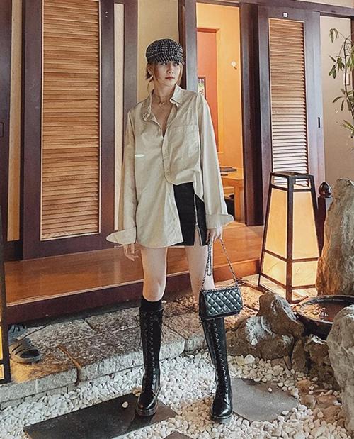 Thiều Bảo Trang diện boots buộc dây cao đến gần đầu gối, giúp vẻ ngoài càng cool ngầu thêm một bậc.