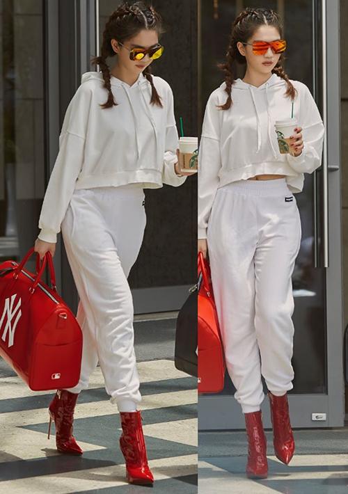 Ngọc Trinh chứng minh là một fashion icon thứ thiệt vì luôn cập nhật rất nhanh nhạy các xu hướng. Cách đi boots mũi nhọn kèm đồ thể thao như cô nàng đang được rất nhiều sao yêu thích.