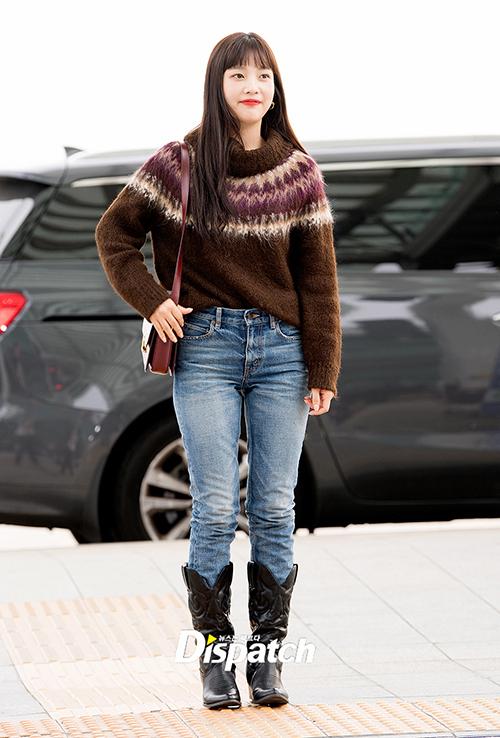 Vì có kiểu dáng rộng rãi, kiểu boots này có thể diện cùng váy, quần shorts hoặc quần jeans đều đẹp. Tưởng như kén người nhưng boots cao bồi năm nay chinh phục rất nhiều sao Hàn.