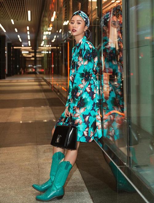 Quỳnh Anh Shyn là một trong những sao Việt đầu tiên lăng xê xu hướng boots cao bồi ở Việt Nam. Đây là lựa chọn lý tưởng cho những cô nàng không có đôi chân thon nhưng vẫn muốn đi boots cổ cao trong mùa lạnh.