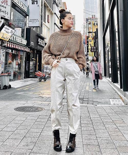 Hà Hồ diện ankle boots buộc dây của Louis Vuitton đi kèm quần thụng, tạo nên phong cách hiện đại, trẻ trung.