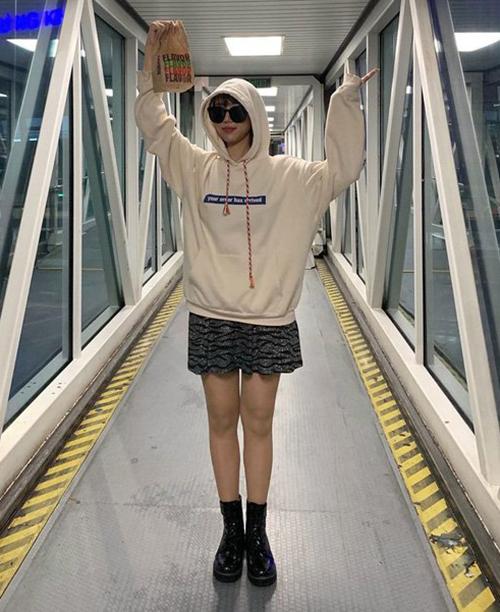 Đôi boots ôm sát chân, mix với váy xòe mang đến cho Min vẻ ngoài giống hệt các nữ sinh Hàn.