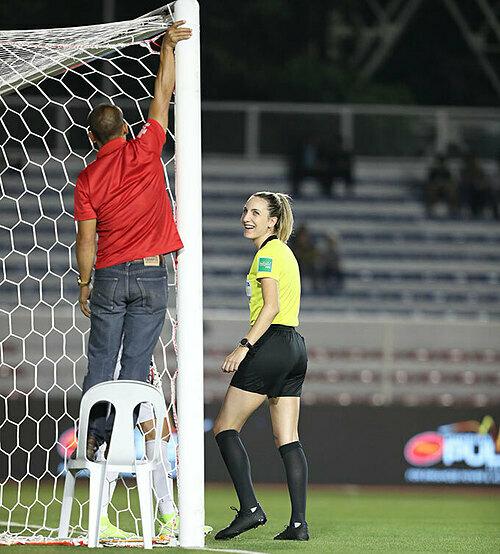 Là người bắt lỗi việt vị, không công nhận bàn thắng của tiền đạo Thái Lan Taneekarn Dangda, nữ trọng tài được dân mạng Việt Nam khen xinh đẹp nhất trận đấu.