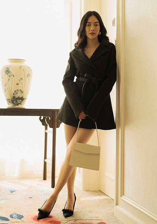 Vest, váy dáng dài là những món đồ Mai Thanh Hà thường mặc khi dạo phố Sài thành vào tháng 12 se lạnh.