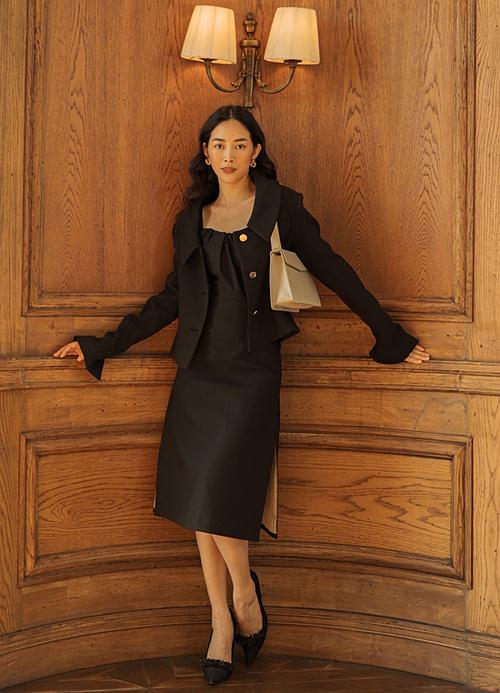 Những thiết kế đơn sắc mang phom dáng cổ điển phù hợp với vóc dáng mảnh khảnh của nữ diễn viên.