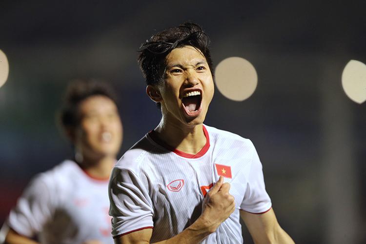 Khoảnh khắc ăn mừng bàn thắng đáng nhớ của Văn Hậu trên sân.