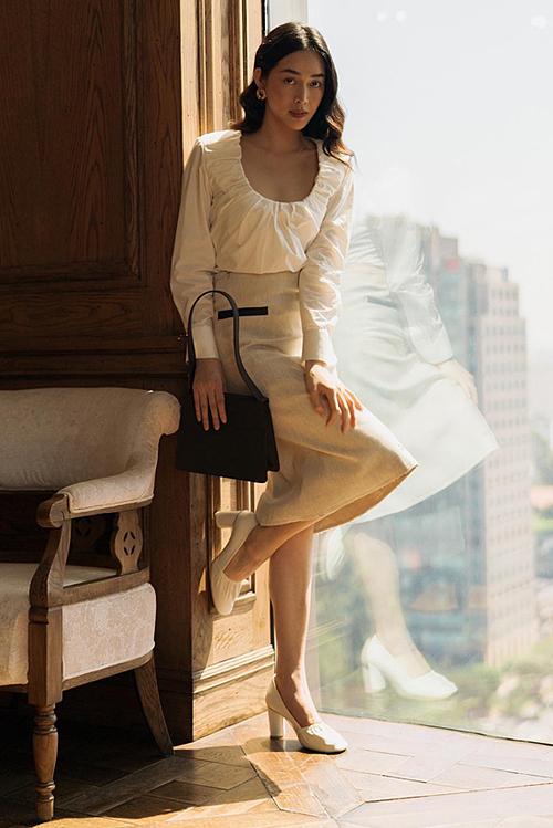 Áo bèo nhúm được cô mix cùng chân váy bút chì và giày cao gót.