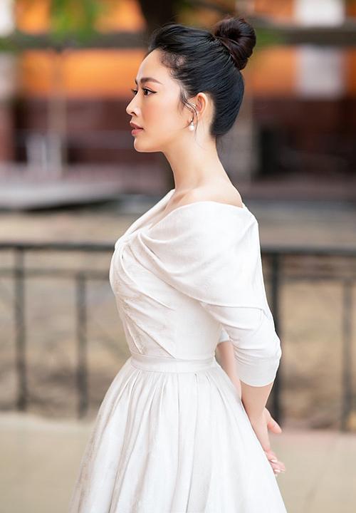 Nữ diễn viên được khen xinh đẹp ở góc mặt nghiêng.