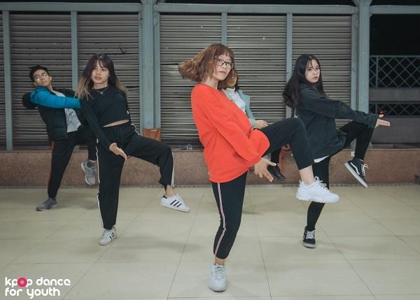 Chia sẻ về cách để vừa đảm bảo kết quả trên lớp, vừa đạt thành tích cao trong cuộc thi, DR Crew tiết lộ các thành viên trong nhóm luôn phân chia, cân đối thời gian giữa việc học và nhảy, tập luyện thường xuyên dù đủ thành viên hay không.
