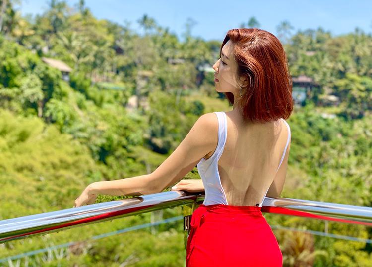 Cô chọn nghỉ dưỡng tại một trong những resort 5 sao được nhiều travel blogger giới thiệu. Resort nằm trên bán đảo Jimbaran, gần Pecatu (phía tây nam Bali), cách xa trung tâm nhưng gần biển, thuận tiện cho việc vui chơi.