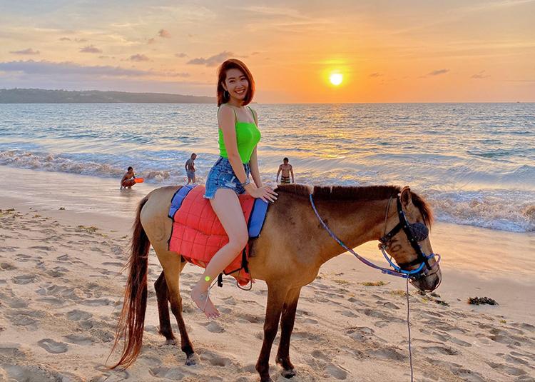 không quên cảm giác đặc biệt khi ngồi trên lưng ngựa dạo biển trong một buổi chiều hoàng hôn.