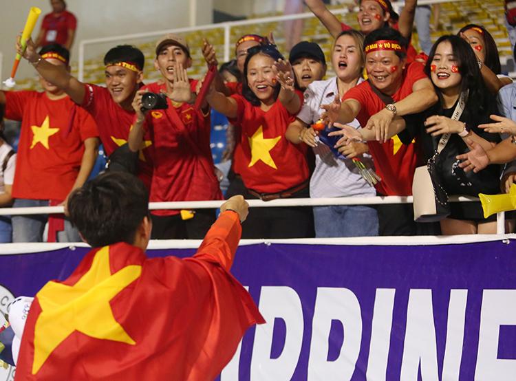 Văn Hậu cùng đồng đội giành ngôi vô địch SEA Games 30 sau khi đánh bại U22 Indonesia 3-0 tối 10/12. Anh là người hùng của đội tuyển khi lập cú đúp trong trận đấu. Trong giây phút bước lên bục vinh quang nhận giải, Văn Hậu luôn hướng về các CĐV trên khán đài. Ở đó còn có người đặc biệt của nam cầu thủ - bạn gái Hoàng Anh. Cô đã sang tậnPhilippines để chứng kiến bạn trai thi đấu trận chung kết.