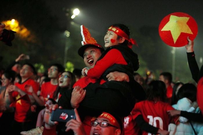 Khoảnh khắc vui mừng của người hâm mộ Việt Nam khi xem trận CK bóng đá nam SEA Games tối 10/12. Ảnh: Nhóm phóng viên.