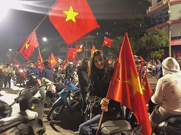 U22 Việt Nam lần đầu vô địch SEA Games sau trận thắng 3-0 trước Indonesia ở trận chung kết môn bóng đá nam, diễn ra tối 10/12. Nhiều sao Việt xuống đường đi bão ăn mừng. Tiểu Vy tranh thủ ra đường ăn mừng sau khi xem bóng đá cùng những người bạn trong chuyến công tác ở Hà Nội. Cô vui mừng khi các cầu thủ 3 lần sút tung lưới đối thủ.