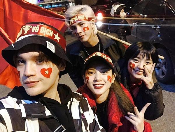 Nguyễn Trần Trung Quân mang theo cờ đỏ sao vàng ra đường ăn mừng cùng nhóm bạn.
