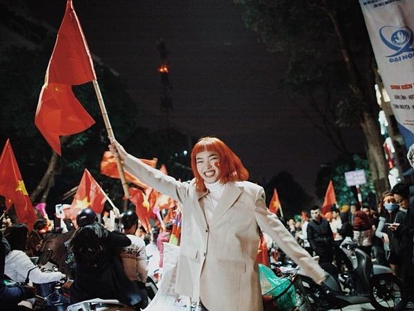 Châu Bùi giương cao ngọn cờ dân tộc khi Việt Nam giành được chiếc huy chương vàng đầu tiên ở môn bóng đá nam.