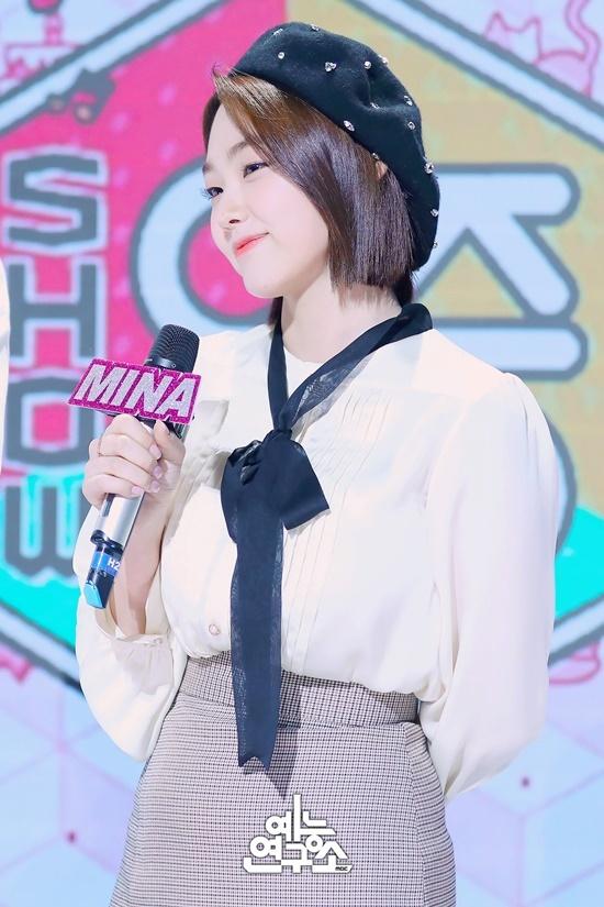 Mina (Gugudan) trùng ngày sinh nhật với Do Yeon. Cô nàng lột xác nhờ giảm cân, đảm nhận vai trò visual trong nhóm.