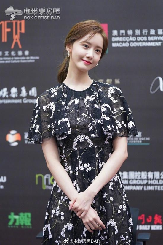 Vào sáng 10/12, Yoona cũng tham dự một sự kiện khác ở IFFAM. Ngôi sao xuất hiện với phong cách nhẹ nhàng, nữ tính.
