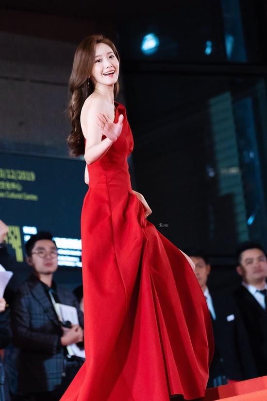 Tất cả ánh nhìn đều tập trung vào ngôi sao người Hàn. Cụm từ Yoona đầm đỏ đứng hạng 10 trending trên mục tìm kiếm tại Weibo. Thời gian gần đây, nữ ca sĩ chọn trang phục táo bạo, chịu khó kheo da thịt hơn khi dự sự kiện, đi thảm đỏ.